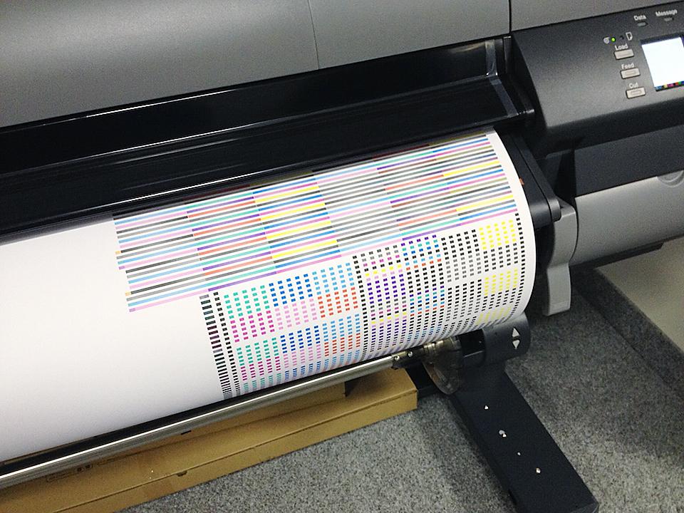 Prvý výtlačok je samozrejme tzv. tester hláv a následne môžeme začať tlačiť v našom štúdiu Yurkovic Design.